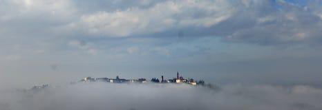 Aldea en Piedmont en la niebla Imagenes de archivo