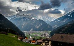 Aldea en valle alpestre Foto de archivo libre de regalías