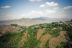 Aldea en valle de la montaña. Foto de archivo