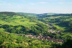 Aldea en valle verde Imágenes de archivo libres de regalías