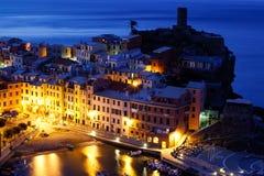 Aldea histórica Vernazza en la noche Imagenes de archivo