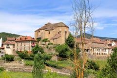 Aldea Pyrenees de Hecho con la iglesia del Romanesque Fotografía de archivo