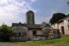 Aldea y atalaya viejas en China Imagenes de archivo