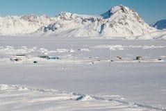 Aldea y montañas, Groenlandia del Inuit Foto de archivo