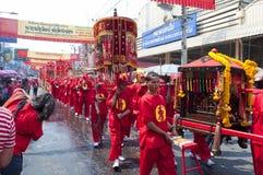 Aldeano del desfile con el uniforme tradicional chino Foto de archivo
