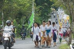 Aldeanos del Balinese que participan en hindú religioso tradicional Imágenes de archivo libres de regalías