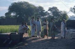 Aldeanos, en la madrugada, Paquistán. Fotografía de archivo libre de regalías