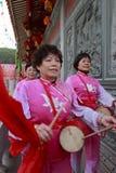 Aldeanos femeninos que juegan el tambor para celebrar la realización del palacio taiqing Fotografía de archivo libre de regalías