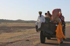 Aldeanos que consiguen en un tractor Rajasthán la India Foto de archivo libre de regalías