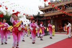 Aldeanos que juegan el tambor para celebrar la realización del palacio taiqing Imagen de archivo