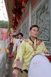 Aldeanos que juegan el tambor para celebrar la realización del palacio taiqing Fotos de archivo
