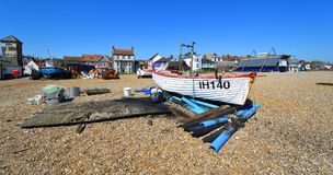Aldeburgh-Strand mit Booten und alte und neue Rettungsbootstationen mit Turm Stockbilder