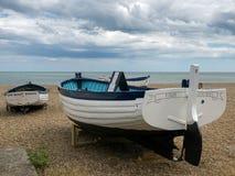 ALDEBURGH, SUFFOLK/UK - 31 DE JULHO: Barcos de pesca tradicionais em t Fotografia de Stock Royalty Free