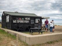 ALDEBURGH, SUFFOLK/UK - 31. JULI: Alter hölzerner Fisch-Shop auf dem Sein Stockbilder