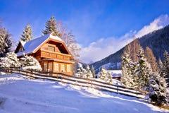 Aldeia da montanha austríaca idílico dos cumes Fotografia de Stock