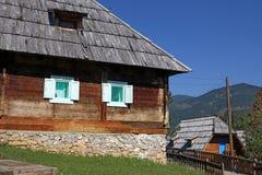 Aldeia da montanha com cabanas Fotos de Stock