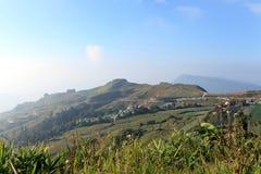 Aldeia da montanha com o céu azul da manhã imagens de stock royalty free