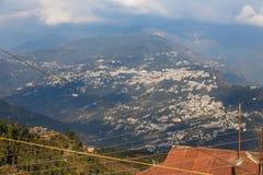 Aldeia da montanha de Gangtok com árvores verdes e céu azul que veem o nível superior do formulário do monastério de Rumtek perto fotografia de stock