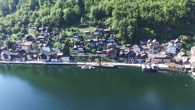 Aldeia da montanha de Hallstatt e lago alpino, cumes austríacos filme