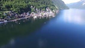 Aldeia da montanha de Hallstatt e lago alpino, cumes austríacos video estoque