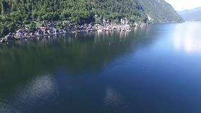Aldeia da montanha de Hallstatt e lago alpino, cumes austríacos vídeos de arquivo