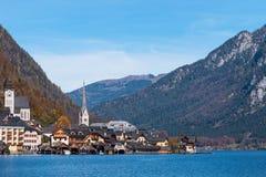 Aldeia da montanha de Hallstatt em um dia ensolarado do ponto de vista clássico Salzkammergut Áustria do cartão fotos de stock royalty free