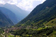 Aldeia da montanha em alpes suíços Fotografia de Stock