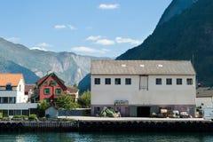 Aldeia da montanha em um Fjord Fotos de Stock Royalty Free