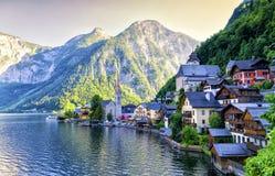 Aldeia da montanha famosa de Hallstatt e lago alpino, cumes austríacos Imagem de Stock Royalty Free