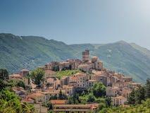 Aldeia da montanha idílico Castel del Monte do apennine, L'Aquila, Abruzzo, Itália Fotografia de Stock