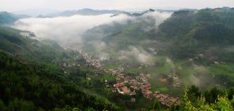 Aldeia da montanha, névoa da manhã Imagens de Stock Royalty Free