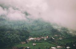 Aldeia da montanha nevoenta Imagens de Stock