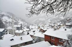 Aldeia da montanha no inverno imagem de stock