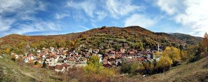 Aldeia da montanha no outono, panorama fotografia de stock