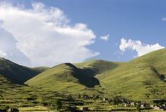 Aldeia da montanha sob o céu Imagens de Stock Royalty Free