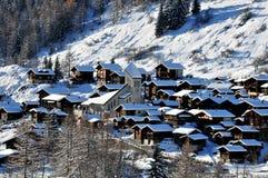 Aldeia da montanha suíça na neve Imagem de Stock Royalty Free