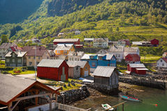 Aldeia piscatória bonita Undredal contra a montanha perto do Flam em Noruega Imagem de Stock Royalty Free