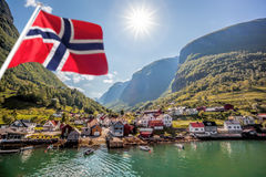Aldeia piscatória bonita Undredal contra a montanha perto do Flam em Noruega Fotos de Stock