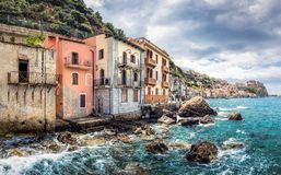 Aldeia piscatória com as casas abandonadas em Itália, Scilla, Calabria imagem de stock