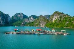 Aldeia piscatória de flutuação na baía de Halong Fotos de Stock Royalty Free