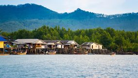 Aldeia piscatória dos pescadores no mar, Phangnga, Tailândia foto de stock