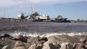 A aldeia piscatória no banco do Mar do Norte, em barcos velhos dos pescadores e em casas de madeira, Rússia, o Golfo da Finlândia vídeos de arquivo