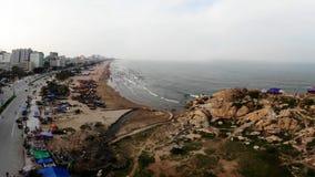 Aldeia piscatória pela praia fotos de stock royalty free