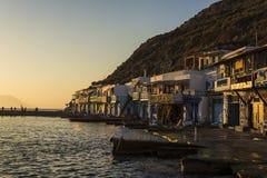 Aldeia piscatória tradicional em Milos ilha, Grécia Foto de Stock