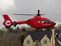 Aldermaston码头,柏克夏,英国, 2018年4月3日:在出席的居住区的救护机着陆紧急状态 库存照片