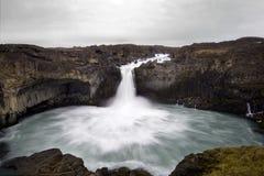 Aldeyjarfoss är en fantastisk vattenfall i Island Royaltyfria Foton