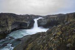 Aldeyjarfoss är en fantastisk vattenfall i Island Royaltyfri Bild