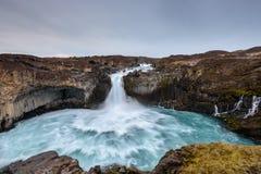 Aldeyjarfoss é uma cachoeira surpreendente em Islândia Fotos de Stock Royalty Free