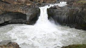 Aldeyjarfosswaterval in de zomer van IJsland stock videobeelden