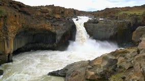 Aldeyjarfosswaterval in het noorden van IJsland stock video